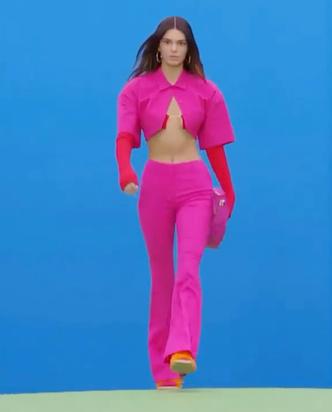 Фото №2 - Розовое безумие: Кендалл Дженнер на показе Jacquemus в Париже 😍💗