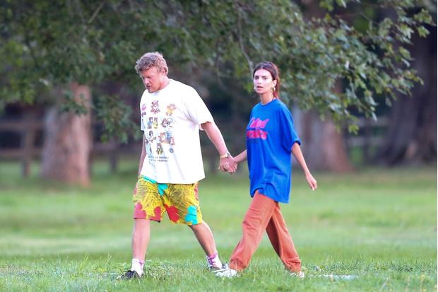 Фото №2 - Объемная футболка + спортивные брюки: образ Эмили Ратаковски для долгих прогулок с мужем