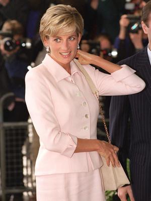 Фото №23 - От персикового до фуксии: как принцесса Диана носила розовый цвет (и почему он ей так шел)