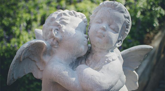 Кому теперь достанется «Поцелуй»: самую дорогую скульптуру в мире заколотили в деревянный ящик