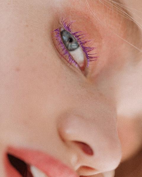 Фото №1 - С цветной тушью: 12 простых, но стильных вариантов макияжа на Новый год