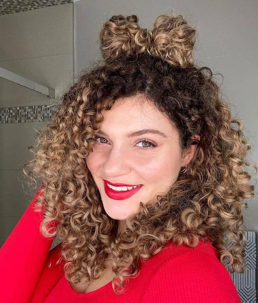 Фото №2 - Прически для кудрявых волос: 8 стильных вариантов для праздника и на каждый день