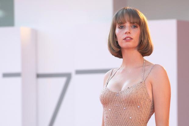 Фото №2 - Новое поколение Versace: дочь Умы Турман в нюдовом платье русалки на Венецианском кинофестивале