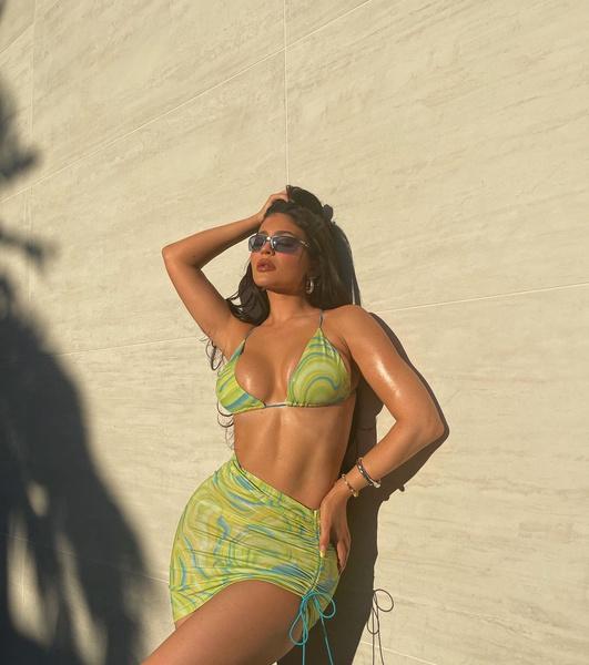 Фото №1 - Лайфхак из TikTok: 5 способов завязать бикини, чтобы визуально увеличить грудь