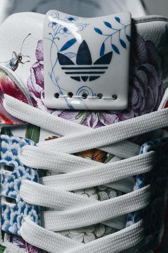 Фото №6 - Художники Meissen расписали кроссовки ZX8000 для Adidas