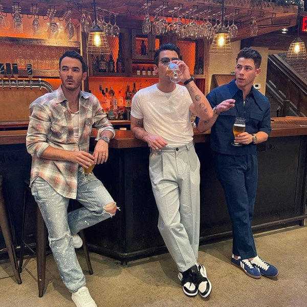 Фото №1 - Стиль в большом городе: братья Джонас показали, что носят модные парни