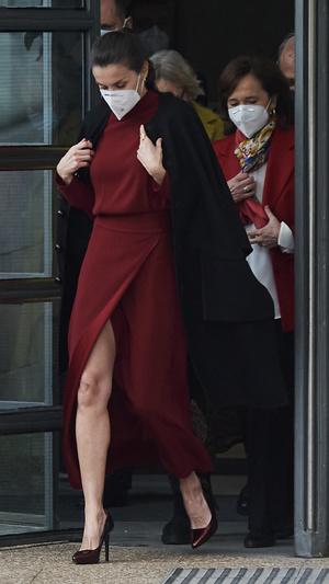 Фото №4 - Коварный разрез: модный конфуз королевы Летиции