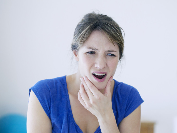 Фото №2 - Плохой сигнал: почему мы скрипим зубами во сне, и чем это чревато