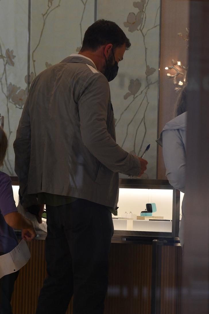 Фото №2 - Скоро свадьба! Бен Аффлек выбирает обручальное кольцо для Дженнифер Лопес. У нас есть доказательства