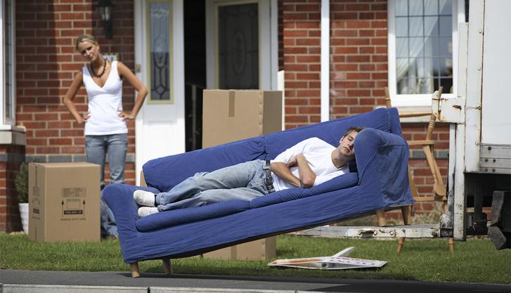 Фото №8 - Самые популярные позы для сидения на диване с девушкой и что они значат