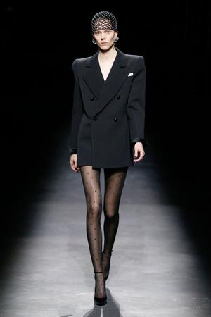 Фото №3 - Объемные плечи, неоновые платья и Катрин Денев на шоу Saint Laurent
