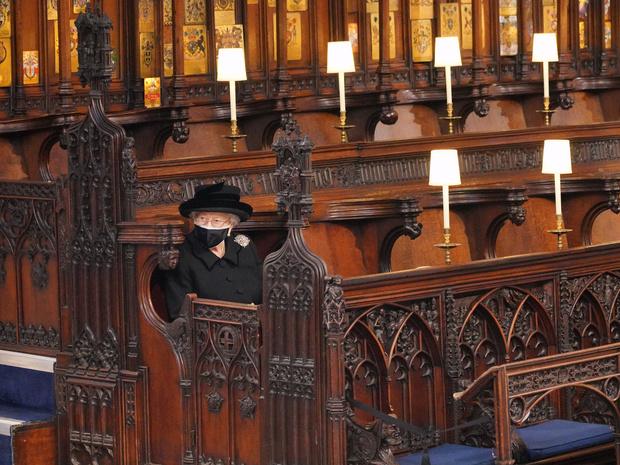 Фото №4 - Дорогие воспоминания: какие важные вещи Королева взяла на похороны принца Филиппа