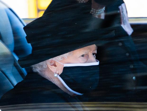 Фото №1 - Наедине со скорбью: Елизавета II проводила в последний путь своего любимого и единственного Филиппа