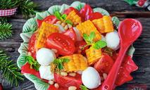 Овощной салат с соусом песто