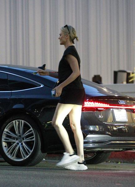 Фото №2 - «С такими ногами можно!»: Шарлиз Терон забыла надеть юбку