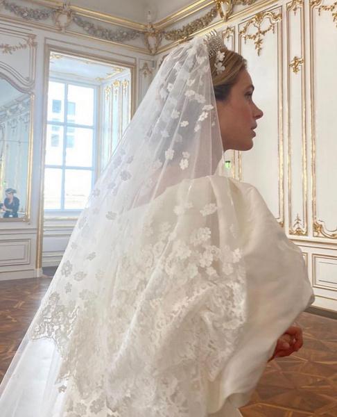 Фото №4 - Платье от Valentino и диадема с позапрошлого века: принцесса Лихтенштейна вышла замуж
