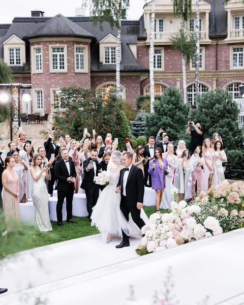 Фото №2 - Приглашение-кристалл и три образа невесты: продюсер блогеров Настя Пикси с мужем потратила на свадьбу 26 млн рублей