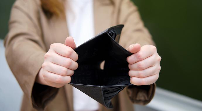 «В горящую избу войдет»: женщины в России спасают мужчин от долгов
