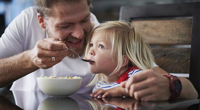 «Ложечку за маму» и другие опасные послания про еду из нашего детства