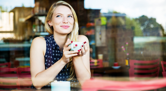 Девушка придумала необычный способ знакомства в кофейнях