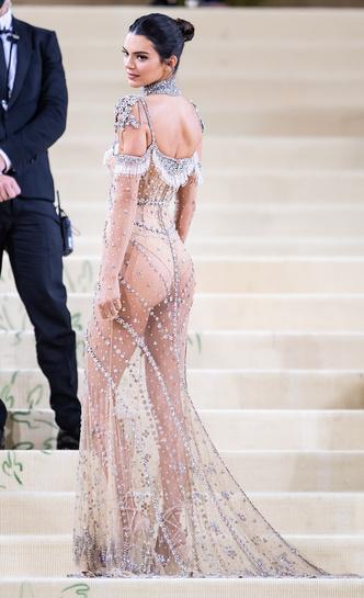 Фото №4 - В стиле сексуальной Одри Хепберн: самые провокационные «голые» платья на Met Gala