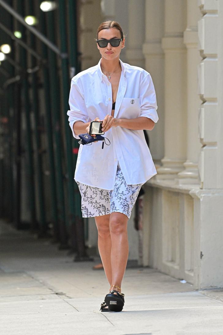 Фото №1 - Кружевное бра + белая рубашка, застегнутая на одну пуговицу: соблазнительный образ Ирины Шейк
