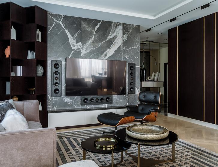 Гостиная. Стена отделана керамогранитом, Rex. Кресло Lounge Chair, дизайн Чарльза и Рэй Имз, Vitra. Мебель, Milano Home Concept, Garda Decor, Le Home.
