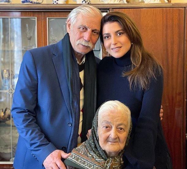 Бабушка, через несколько дней папа: Жасмин рассказала о двойной утрате