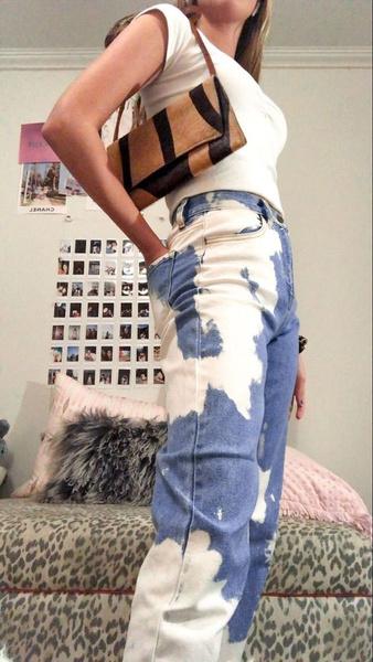 Фото №1 - Как сделать джинсы с эффектом тай-дай своими руками 💙🤍