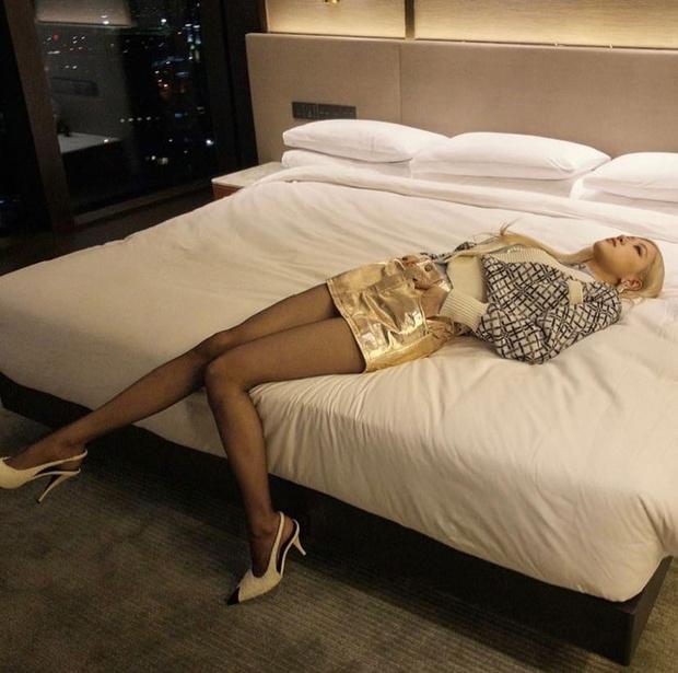 Фото №1 - Розэ из BLACKPINK хвастается стройными ножками в золотой мини-юбке