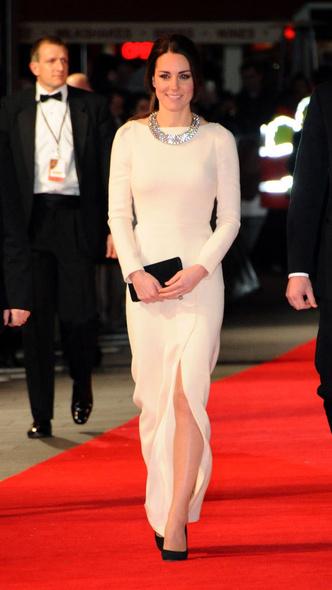 Фото №8 - Как королевские особы одеваются на кинопремьеры: самые роскошные выходы, которые вошли в историю