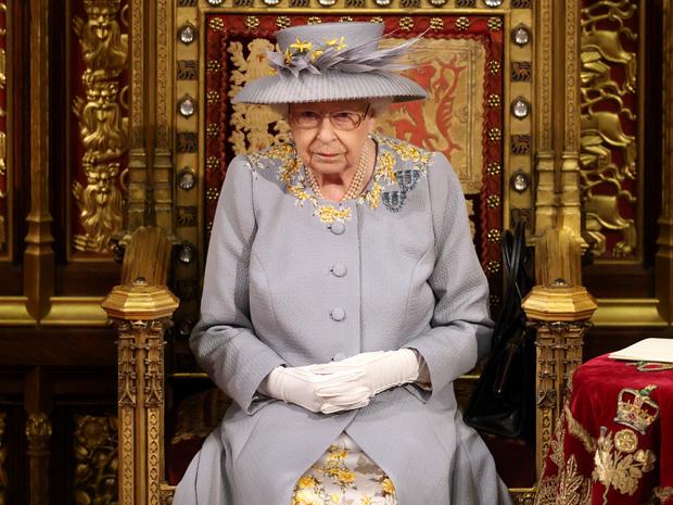 Фото №1 - Лавандовое пальто и никакой короны: первый (и очень важный) выход Елизаветы после траура