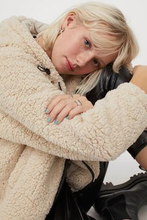 Фото №8 - 4 бренда, у которых можно найти плюшевые куртки, как на Лили Коллинз