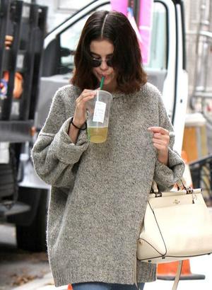 Фото №6 - 5 классных свитеров как у Селены Гомес