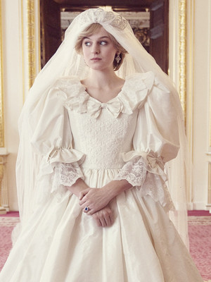 Фото №2 - Странная тиара и фата «из простыни»: поклонники раскритиковали свадебный образ Дианы в сериале «Корона»