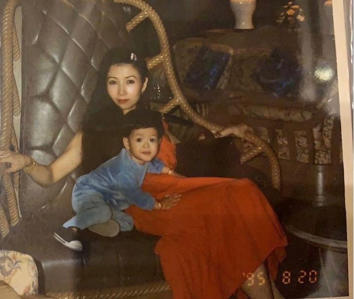 Фото №2 - Джексон Ван поделился трогательными детскими фото в честь Дня матери 💔