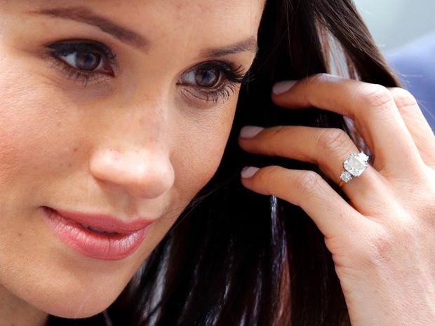 Фото №1 - Эволюция помолвочного кольца Меган: как оно изменилось (и был ли Гарри в курсе)