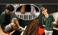 Безрукий пианист играет на фортепьяно пальцами ног