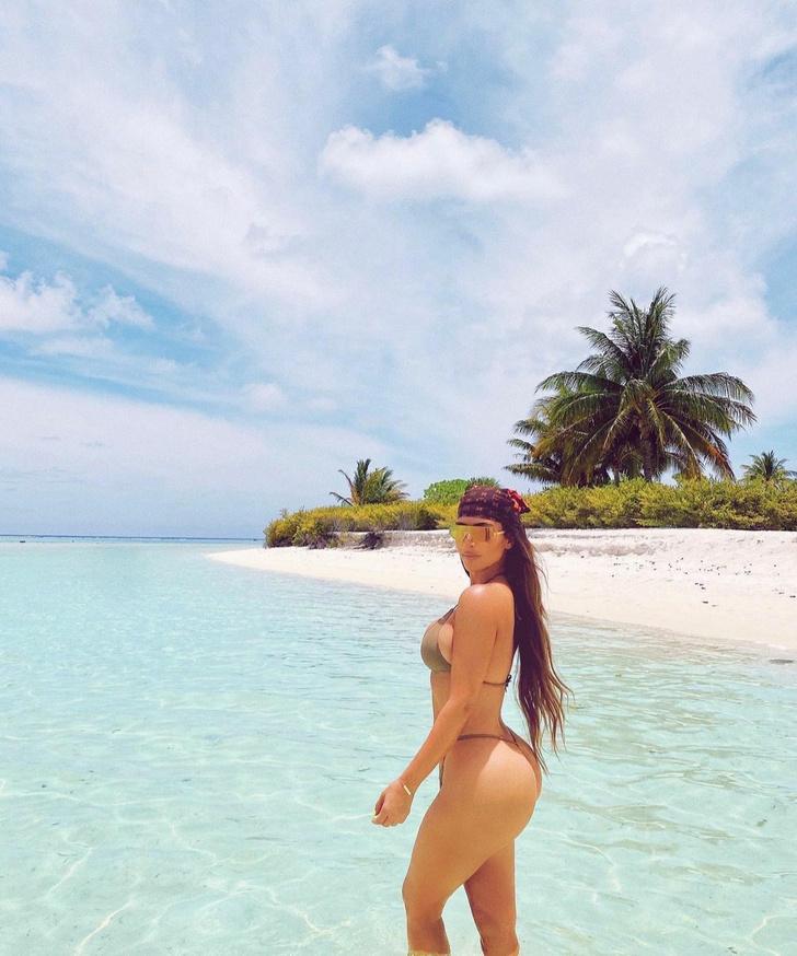 Фото №2 - Тонкая талия и округлые бедра: откровенная фотосессия  Ким Кардашьян на острове