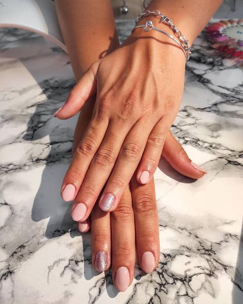 Фото №3 - Розовые ногти— идеальный маникюр для учебы. Доказывает Хейли Бибер 💅