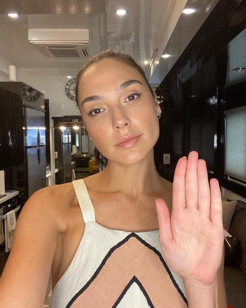 Фото №2 - #CancelGalGadot: в Сети требуют уволить «Чудо-женщину» из-за ее поста в Инстаграме