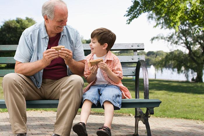Фото №1 - Зачем современным детям дедушка