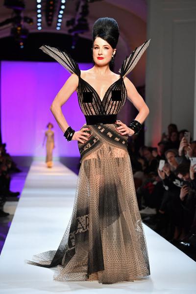 Фото №2 - Наоми, Шейк, Водянова: чем запомнились главные красавицы на Неделе моды