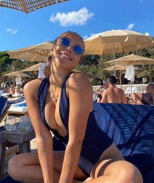 Фото №1 - Где найти купальник с глубоким вырезом как у Кати Сафаровой