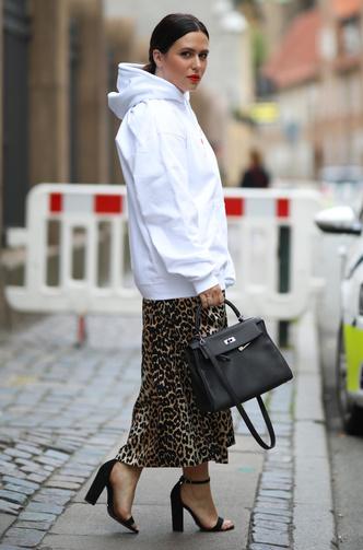 Фото №5 - С чем носить объемное худи: 8 стильных сочетаний с главной вещью года