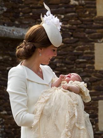 Фото №23 - Самые стильные образы королевских мам на крестинах их детей