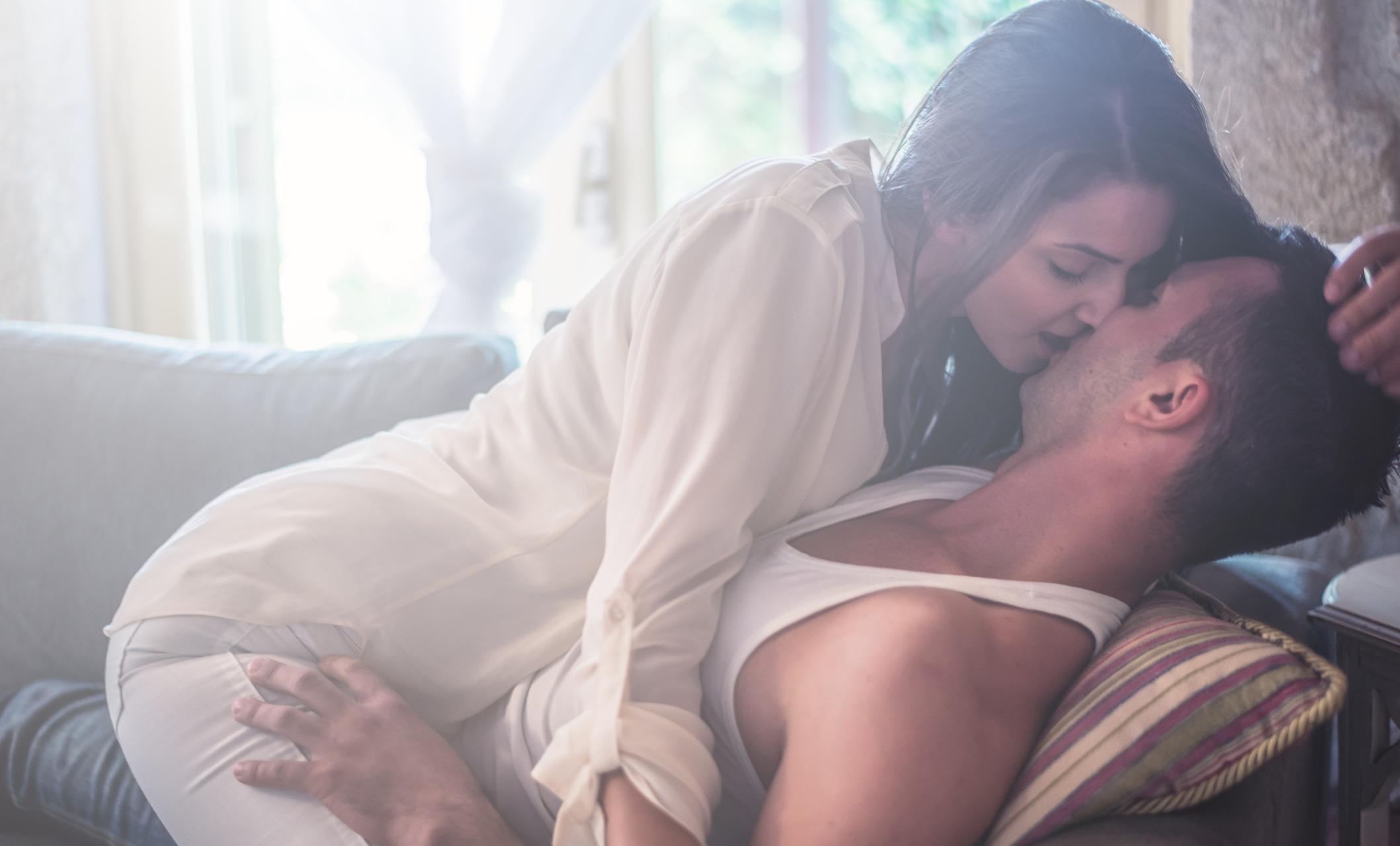 Милой брюнеткой любит красивый секс — img 4