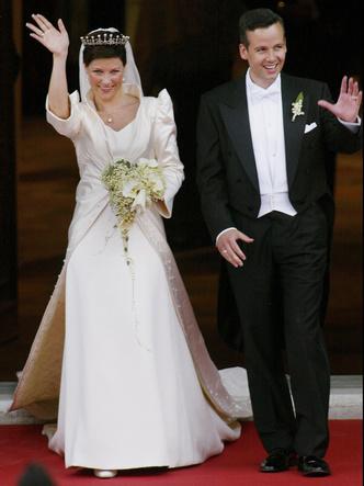 Фото №5 - Платья-близнецы: 15 слишком похожих свадебных нарядов королевских особ