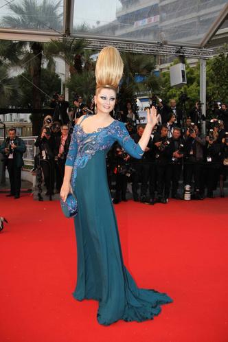 Фото №5 - Бараньи рога, ананас в кустах: самые экстравагантные образы Лены Лениной на Каннском кинофестивале