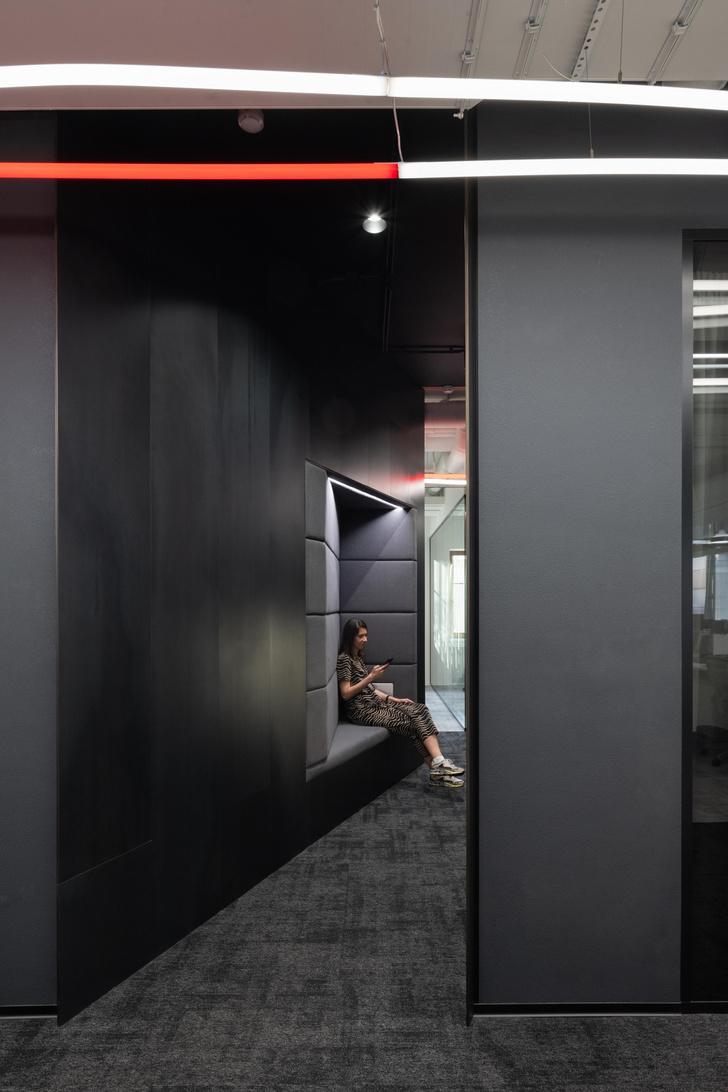 Фото №3 - Стильный монохромный офис цвета смолы в Санкт-Петербурге